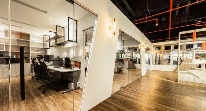 Уютное оформление интерьера офиса в Тайване: стеклянные стены
