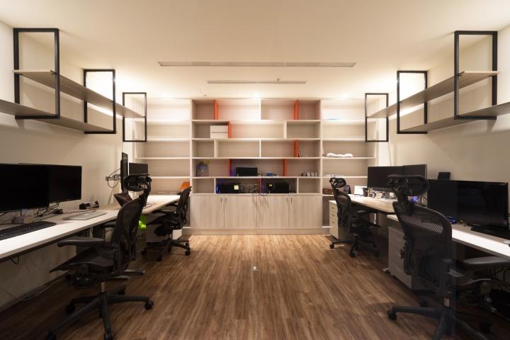 Уютное оформление интерьера офиса в Тайване: удобные стеллажи