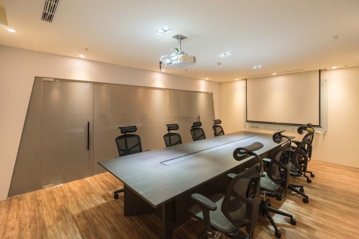 Уютное оформление интерьера офиса в Тайване: конференц-зал