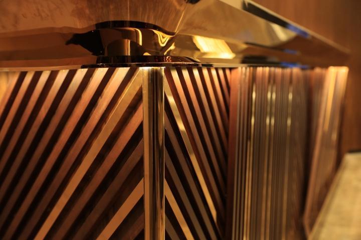 Оформление кинотеатров: стойка в золотом цвете