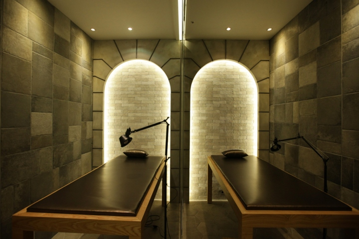 Оформление салона красоты: арочная каменная стена