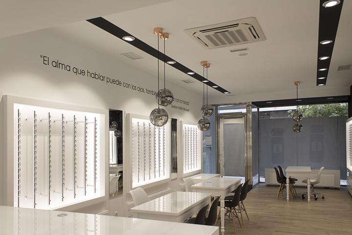 Оформление салона оптики в Виго