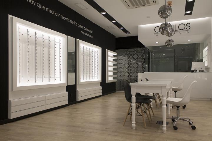 Оформление салона оптики в Виго - чёрно-белый интерьер магазина. Фото 1