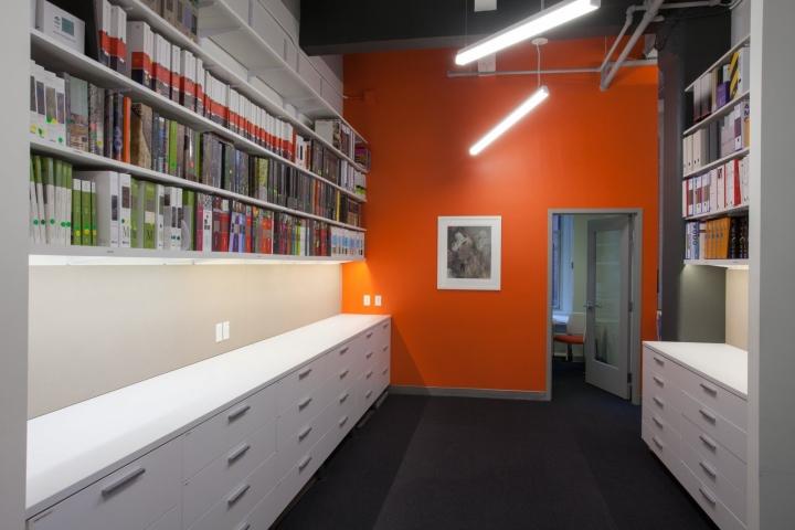 Оранжевый цвет в офисе Fusion Design Consultants в Бостоне: книги на полках