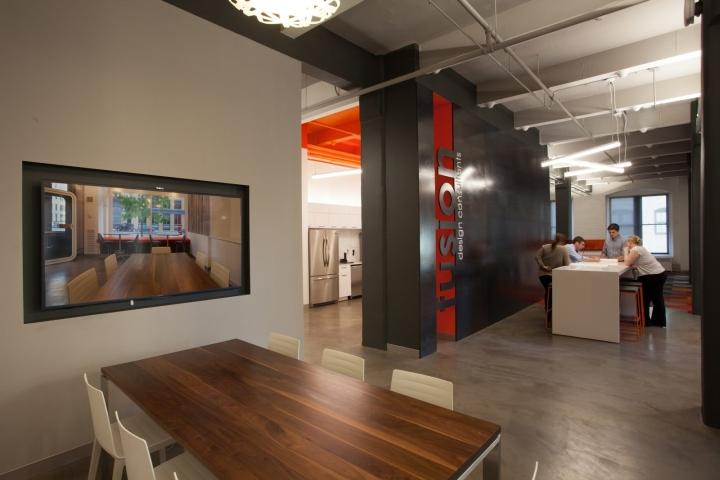 Оранжевый цвет в офисе Fusion Design Consultants в Бостоне: дизайн стола