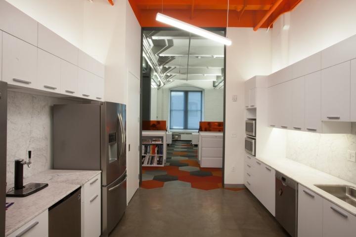 Оранжевый цвет в офисе Fusion Design Consultants в Бостоне: сочетание белого и оранжевого