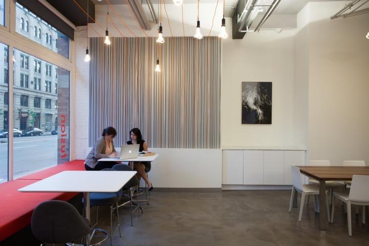 Оранжевый цвет в офисе Fusion Design Consultants в Бостоне: дизайнерские светильники