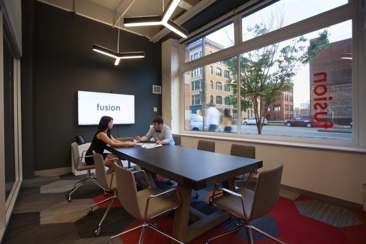 Оранжевый цвет в офисе Fusion Design Consultants в Бостоне: комната для встреч