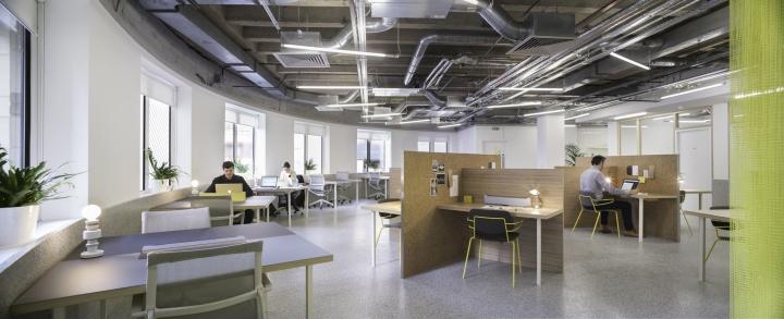 Организация рабочего пространства в офисе - необычный потолок