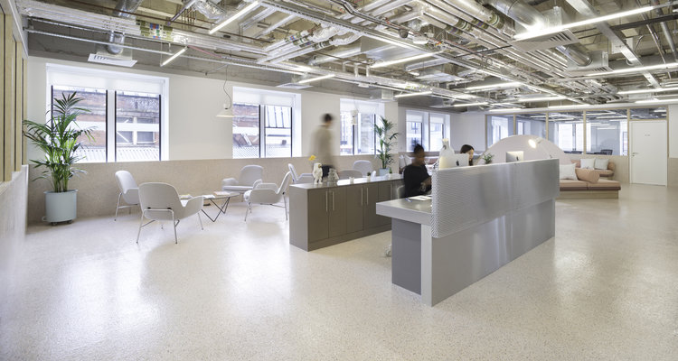 Организация рабочего пространства в офисе - металлические трубы в оформлении потолка