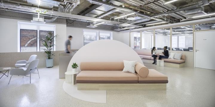 Организация рабочего пространства в офисе - диваны пастельных тонов в зоне отдыха. Фото 1