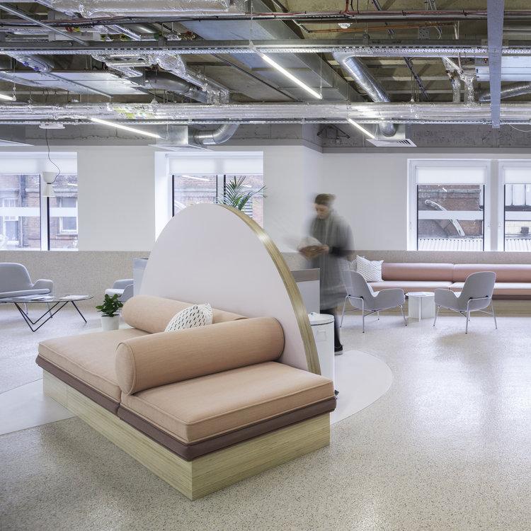 Организация рабочего пространства в офисе - диваны пастельных тонов в зоне отдыха. Фото 2