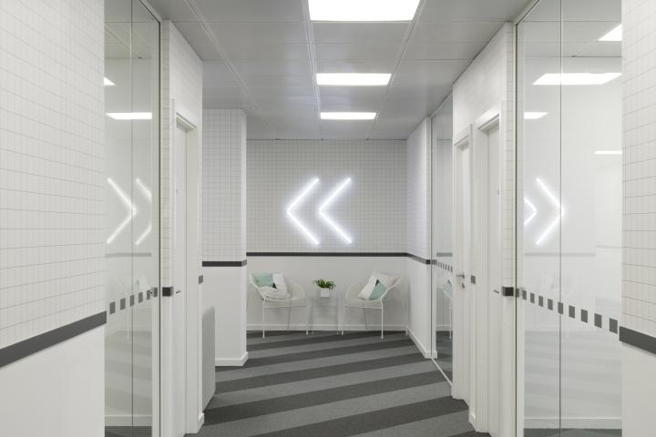 Организация рабочего пространства в офисе - светодиодное освещение и необычный пол с диагональными полосами