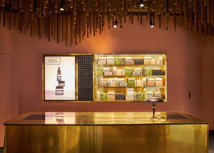Оформление магазина натуральной косметики в Сингапуре - золотой цвет в отделке