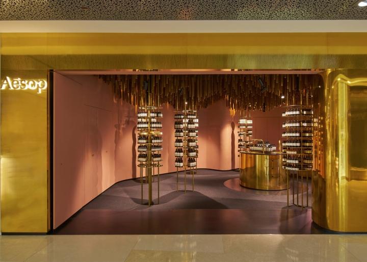 Оформление магазина натуральной косметики в Сингапуре - потолочное украшение