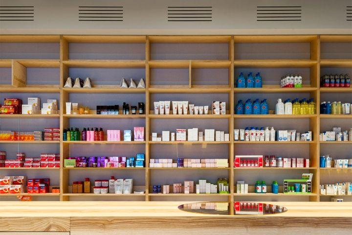 Дизайн интерьера аптеки: стеллажи с медикаментами выглядят по-домашнему уютными