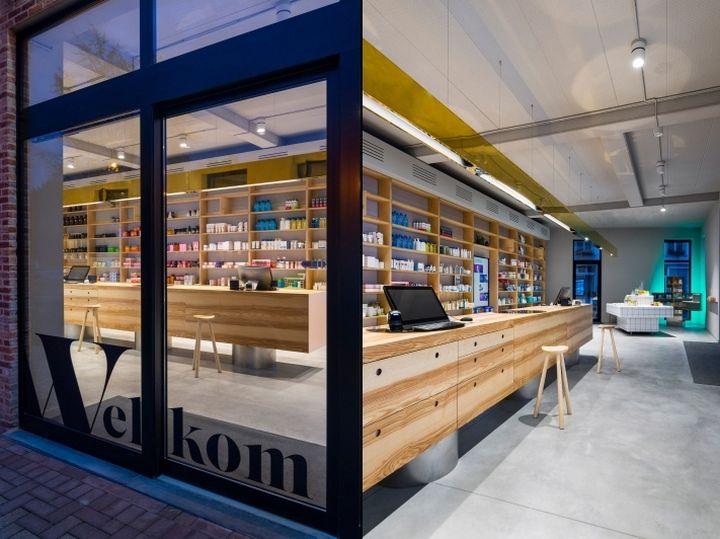 Дизайн интерьера аптеки: благодаря прозрачным стенам, уютную обстановку аптеки видно с улицы