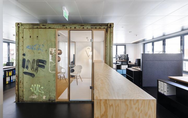 Оригинальный офис, фото из города Фридрихсхафен - дерево в интерьере