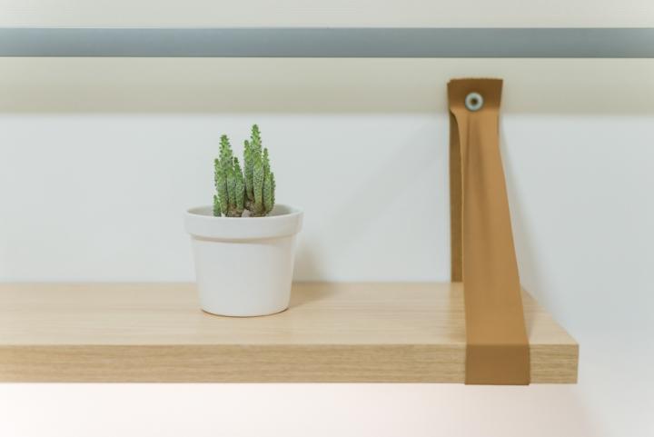Отделка офиса деревом: деревянная полка
