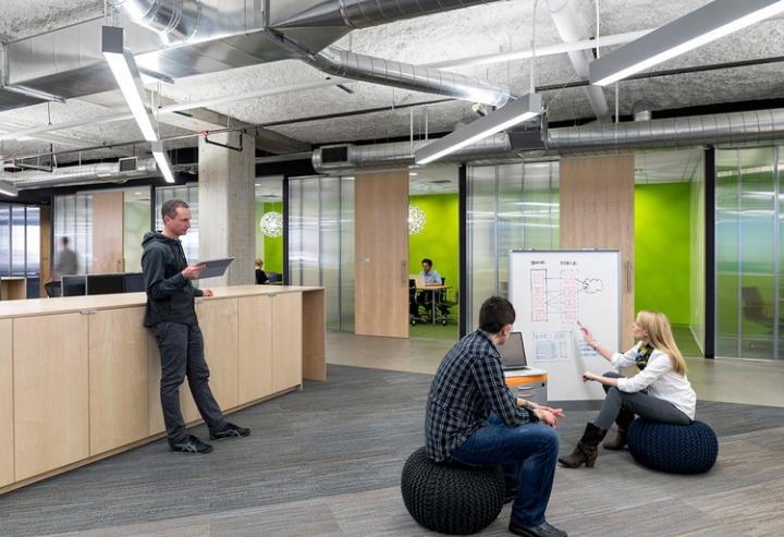 Открытый интерьер офиса в США - работники компании