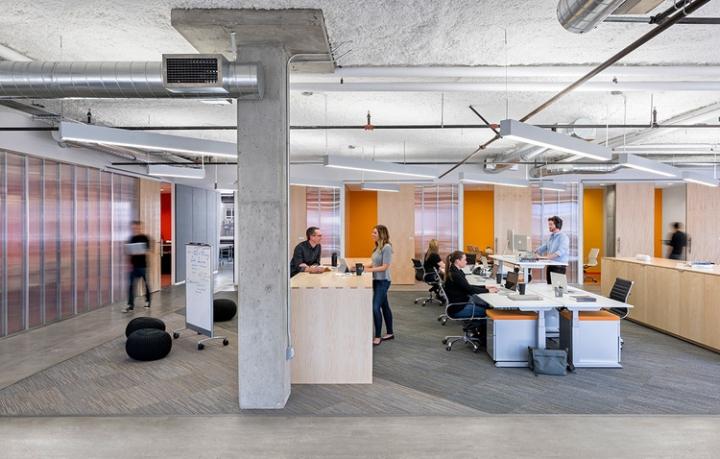 Открытый интерьер офиса в США - оранжевый в интерьере
