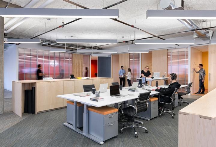 Открытый интерьер офиса в США - небольшие кабинки на заднем плане