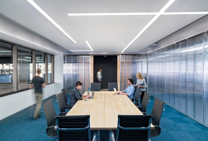 Открытый интерьер офиса в США - голубой цвет интерьера