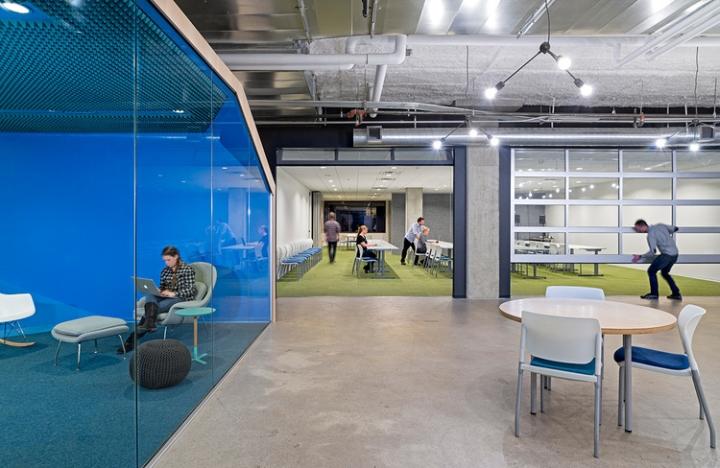 Открытый интерьер офиса в США - яркие цвета в интерьере