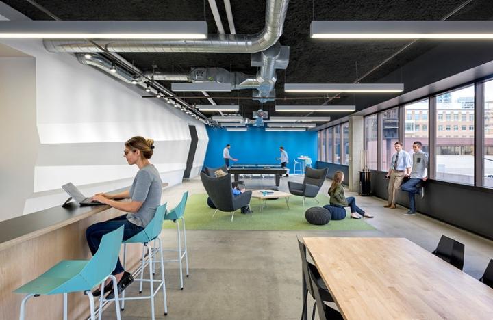 Открытый интерьер офиса в США - трубы на потолке