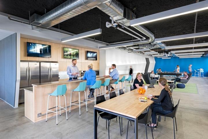 Открытый интерьер офиса в США - столовая зона