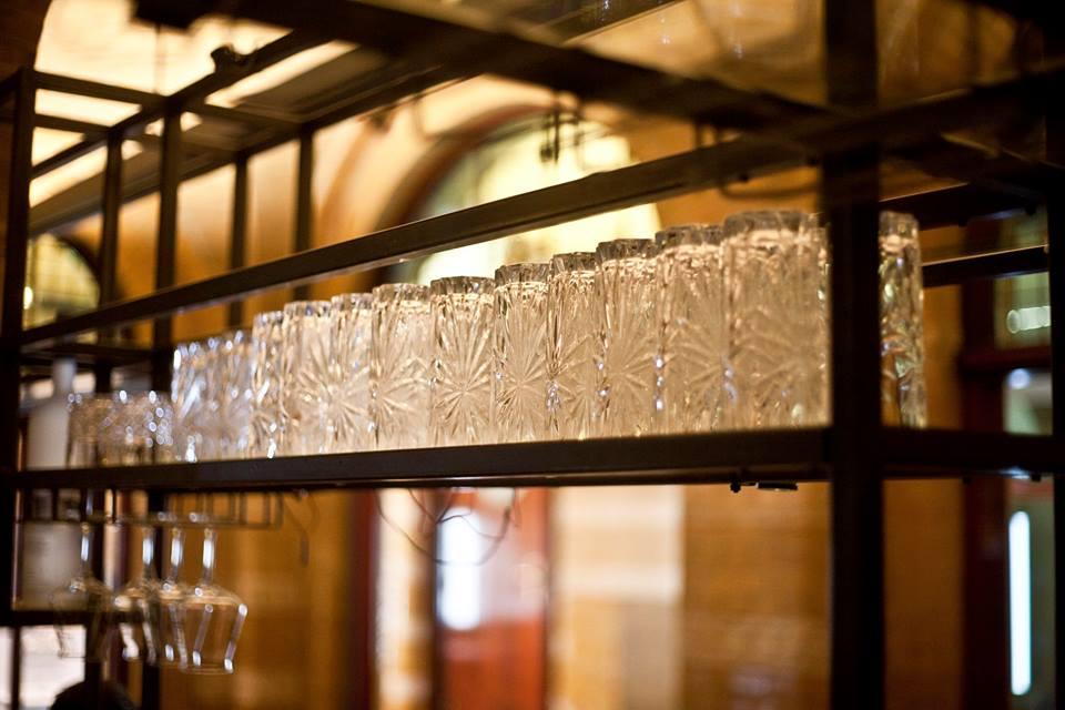 Конструкция барной стойки с полкой для стаканов