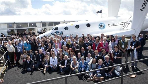 Частный космопорт: Ричард Брэнсон и будущие астронавты на фоне SpaseShipTwo