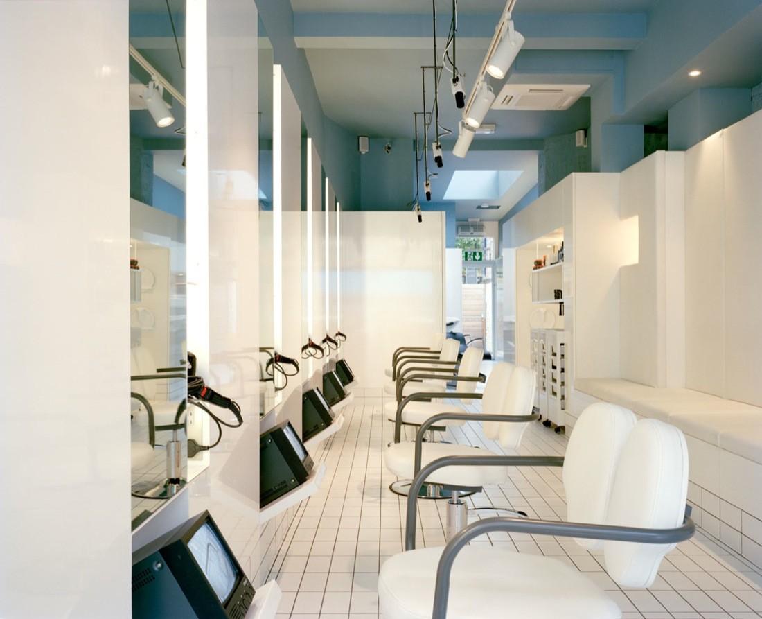 Дизайн парикмахерской: стулья с белой кожей и трубчатой сталью
