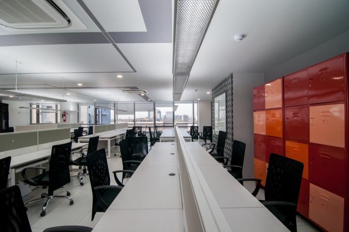 Проект интерьера офиса с яркими акцентами