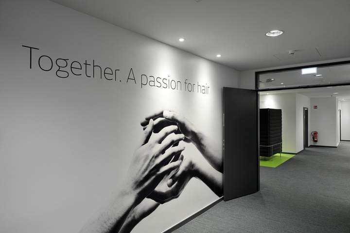 Проект интерьера офисов Henkel: фирменные элементы