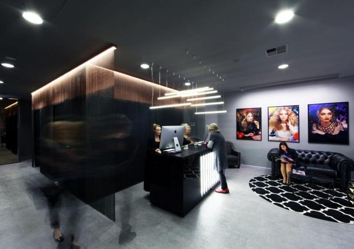 Чёрные кожаные диваны в интерьере салона красоты