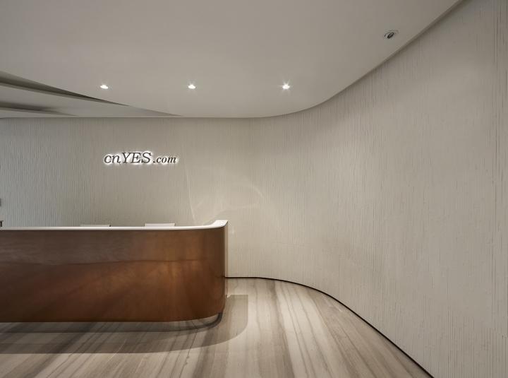 Проектирование интерьера офиса: золотая стойка ресепшен