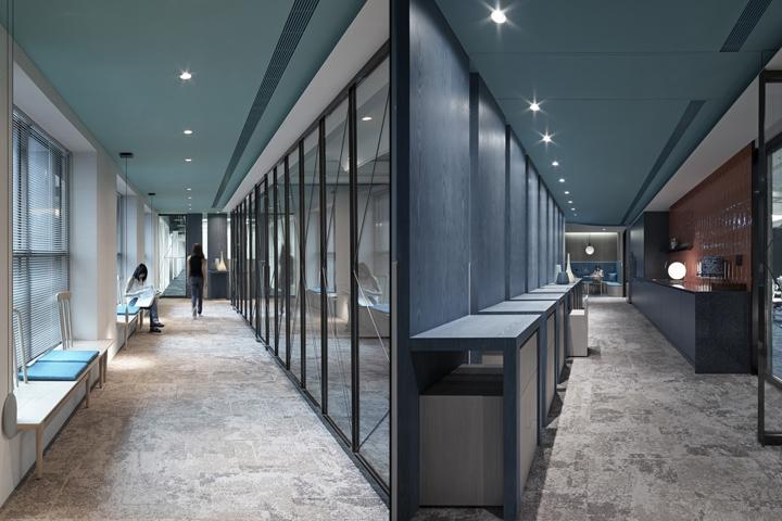 Проектирование интерьера офиса: деревянные скамьи в коридоре