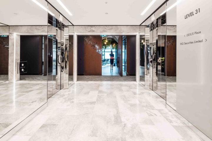 Растения в интерьере офиса Dexus Palace: зеркала в интерьере