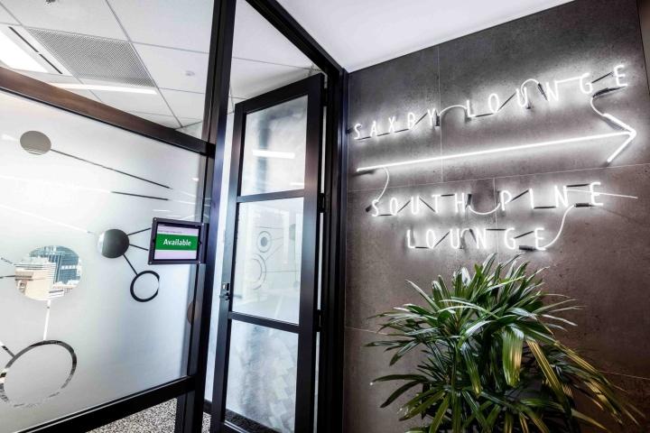 Растения в интерьере офиса Dexus Palace: неоновые вывески