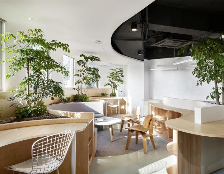 Растения в интерьере офиса от Muxin Design - книжные полки в стволах