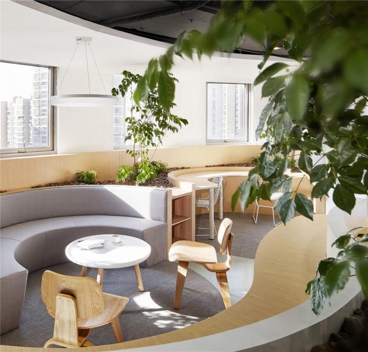 Растения в интерьере офиса от Muxin Design - уютный уголок в офисе
