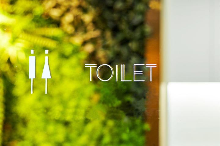 Растения в интерьере офиса от Muxin Design - значок туалета