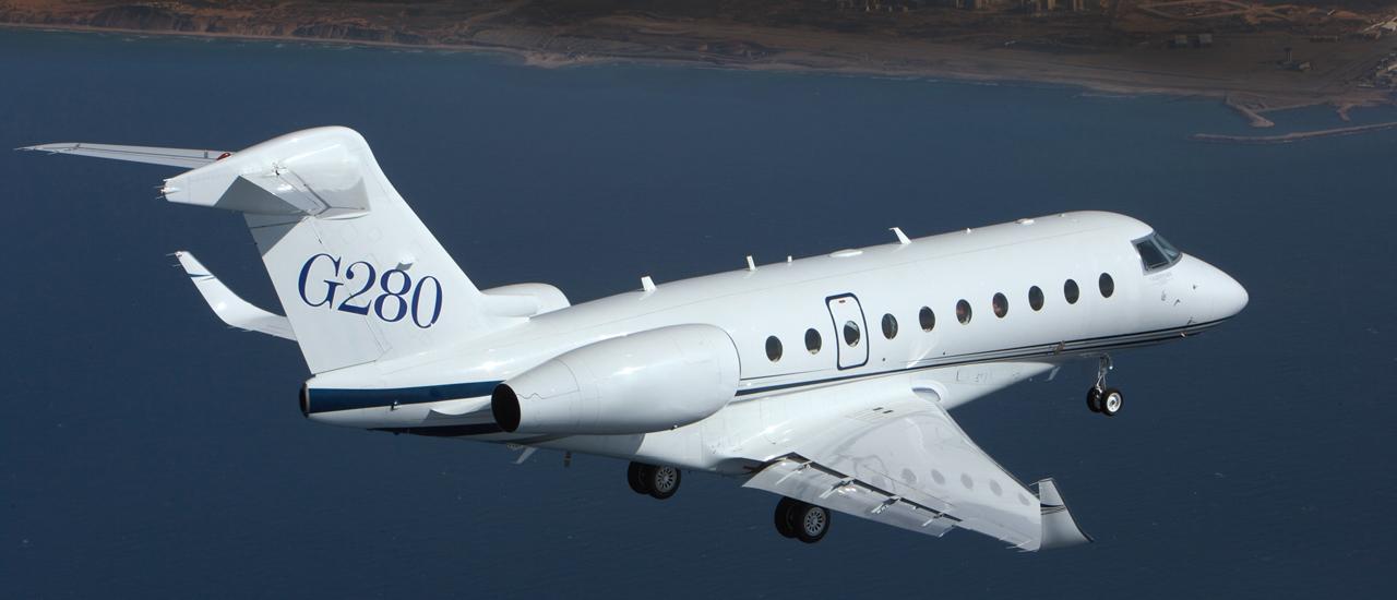 Реактивный самолёт Gulfstream 280 в воздухе