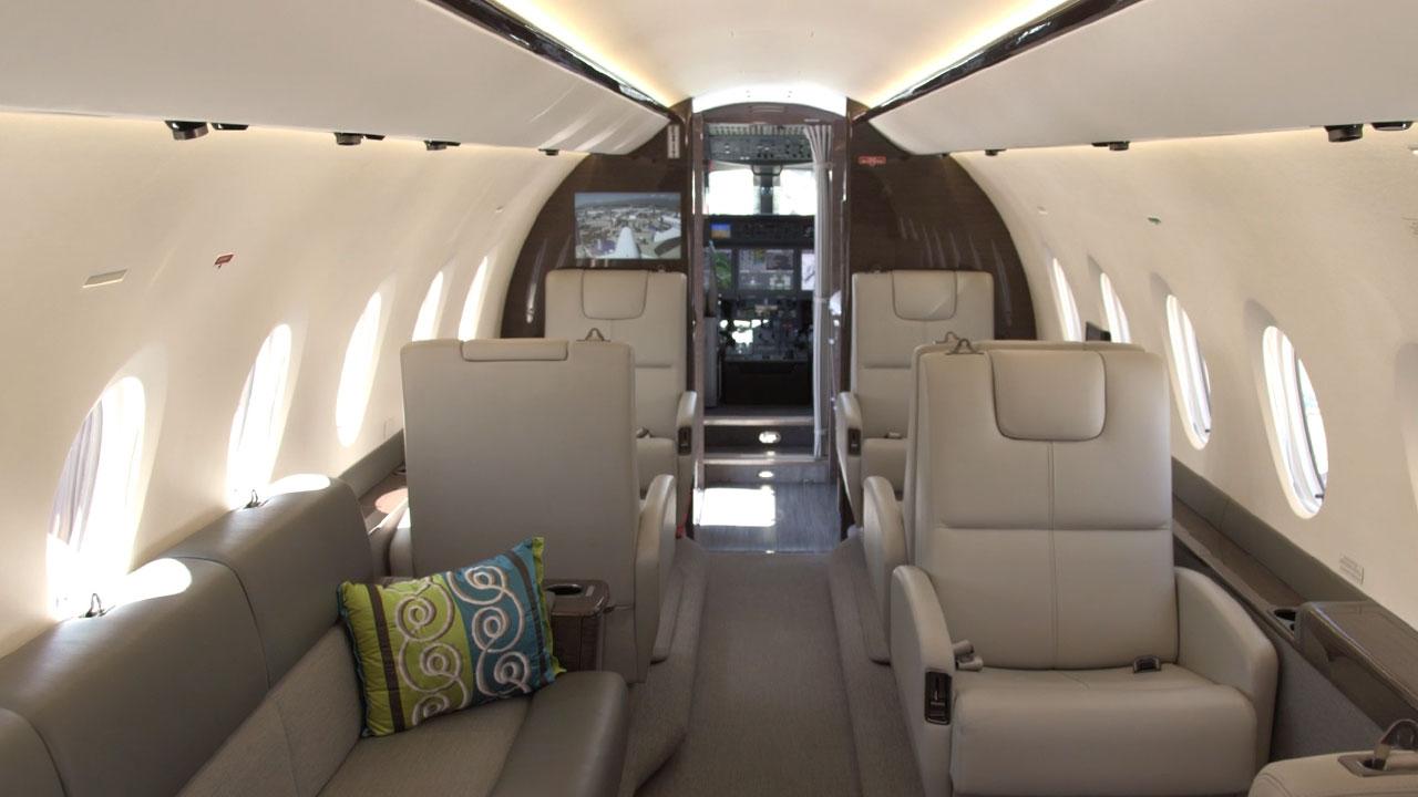 Просторный салон реактивного самолёта Gulfstream 280
