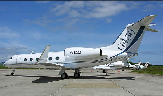 Реактивный самолёт  Gulfstream G450 на взлётной полосе