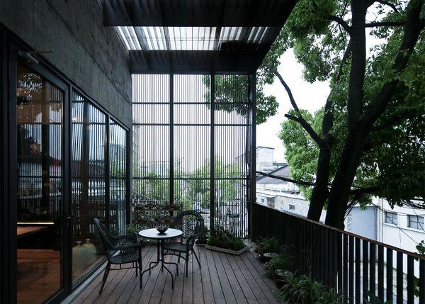 Реконструкция старого завода: строгий бетон и светлое дерево интерьера