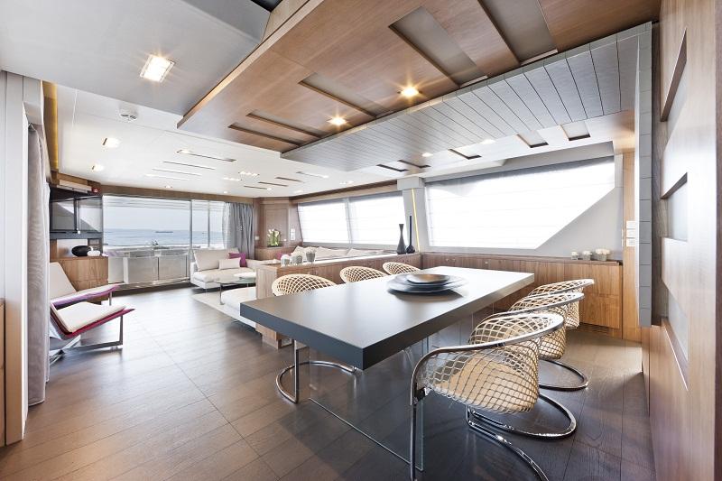 Стильный интерьер роскошной моторной яхты Ferretti Custom Line 100