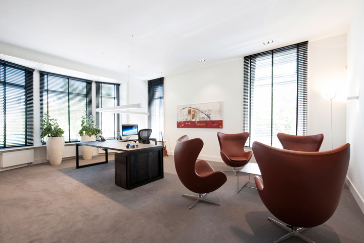 Черно-белый офис Rotam Vastgoed в Нидерландах