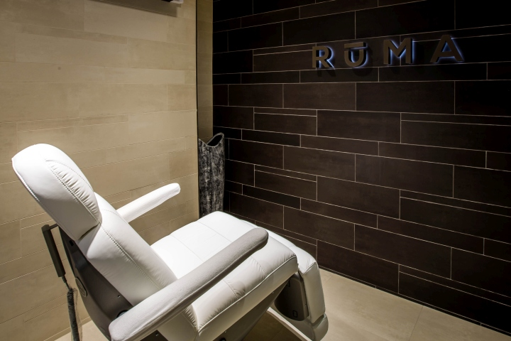 Стена облицована керамической плиткой в теплых коричневых тонах